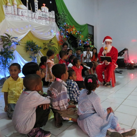 Reading Christmas stories to the children. (Benjamin Moseley/Indonesiaful)