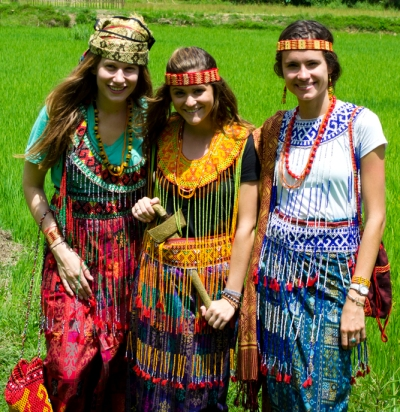 Fulbright ETAs Catherine Coverley, Brooke Marcy and Catharina Damrell dressed in traditional Torajan attire. (Catharina Damrell/Indonesiaful)
