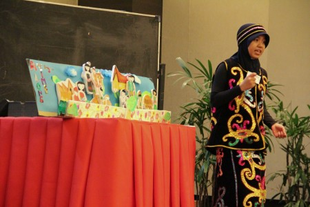 Nurul uses her diorama as a prop during an English contest organized by the American Indonesian Exchange Foundation (AMINEEF) in Jakarta. (Dustin Volz/Indonesiaful)