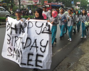 Students display their birthday spirit while jogging. (Matthew Moynihan/Indonesiaful)
