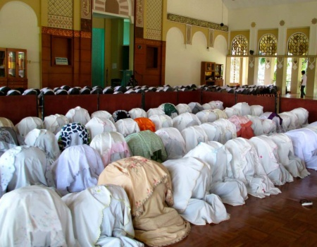 Students praying in West Java. (Elizabeth Kennedy/Indonesiaful)