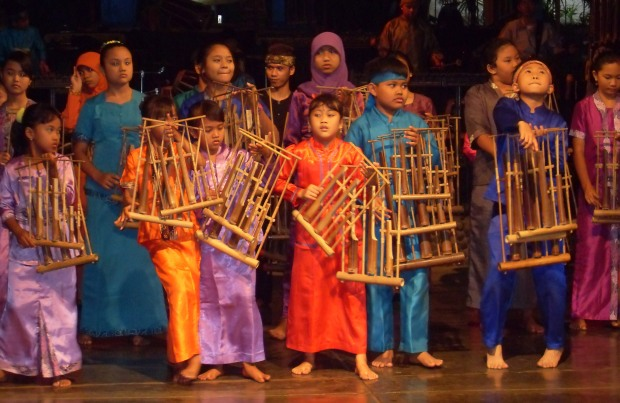Angklung students perform at Saung Angklung Udjo in Bandung, West Java. (RaiNesha Miller/Indonesiaful)