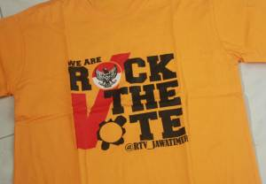 "In many university campuses parties organize vote drives or ""democracy parties"" to encourage students to vote. This Rock the Vote party distributed t-shirt in representative party colors for those who were registered. (Anna DeVries/Indonesiaful)"