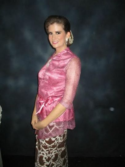 Lauren Raubaugh, placed in Kendal, wearing a traditional Javanese kebaya paired with a Batik sarong at a wedding.