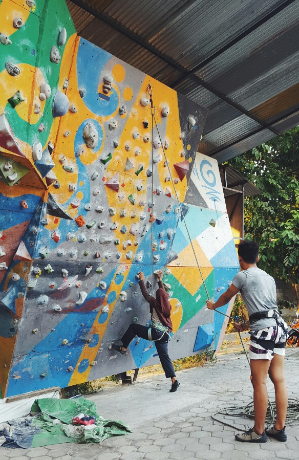 Students at SMAN1 Yagyakarta go rock-climbing with ETA Julia Xia.
