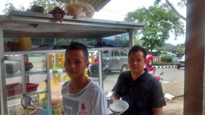 Pak Royanto and his nephew Royan, the proprietors of this warung.