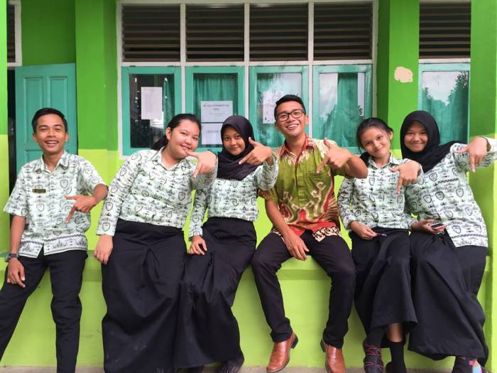 Ramon Caleon with the students of SMAN7 Bandar Lampung's English Club.