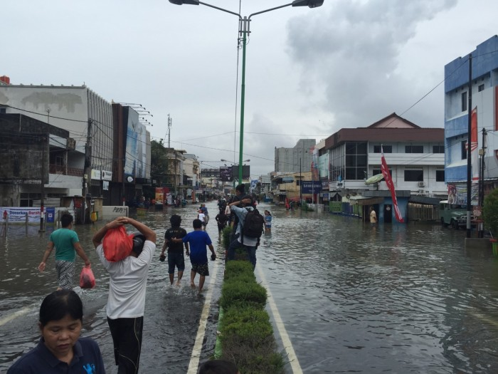 Jalan Jenderal Sudirman, one of the main arteries in Pangkal Pinang, was completely underwater. This street, which is usually filled with cars and motorbikes, was rendered impassable except for those on foot and those traveling in watercrafts and military-grade vehicles.