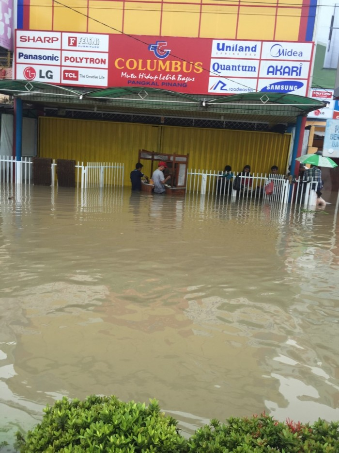 One of the most impressive sights we saw that day was this warung that appeared to be open despite the extreme flooding.