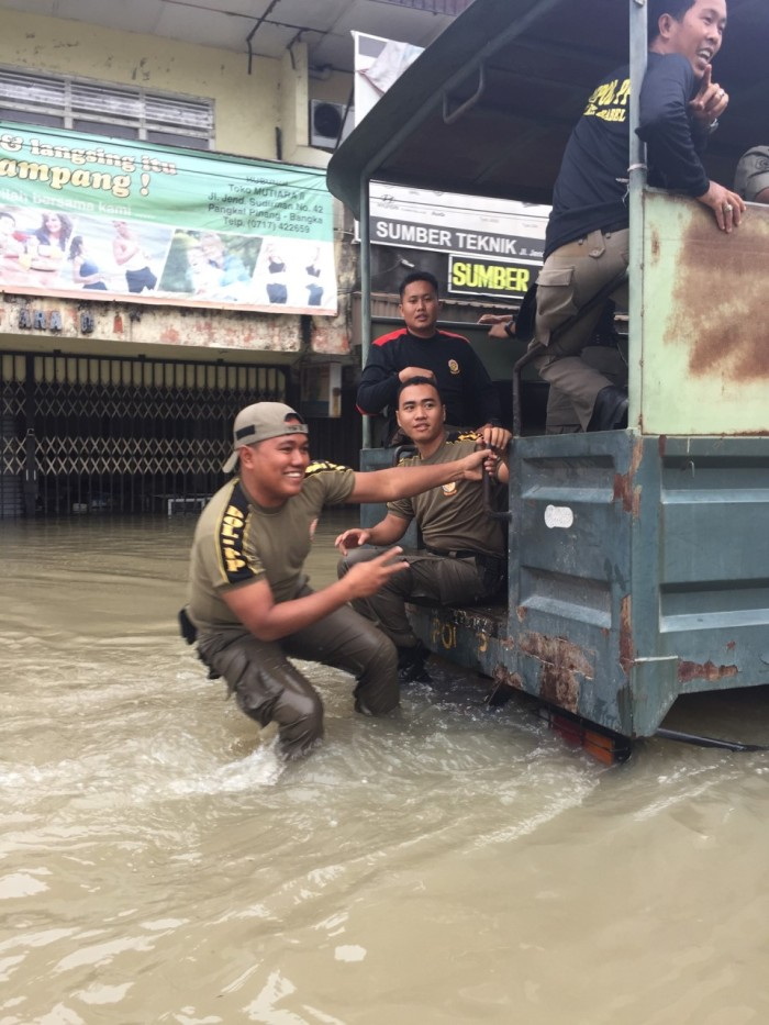 Despite the trying circumstances, many people smiled and flashed the peace sign when they saw Caitlin and I, two very conspicuous foreigners, wading through the floodwaters.