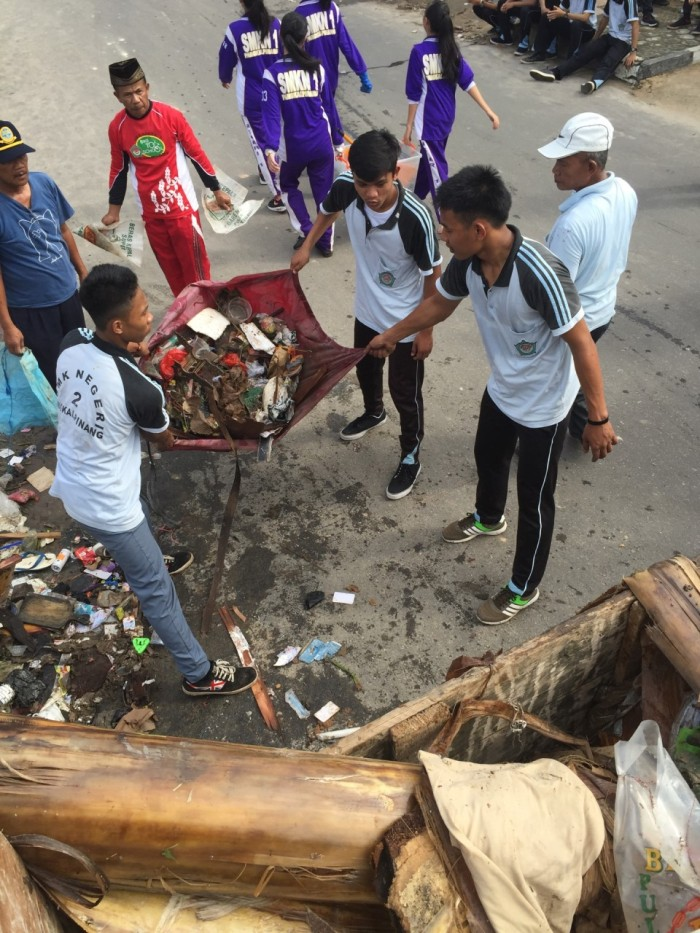 Heave, Ho! Students from SMKN2 worked together not only to gather trash at Alun-Alun but also to get it out of the city.